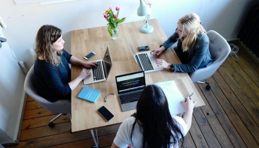 foto con donne in riunione